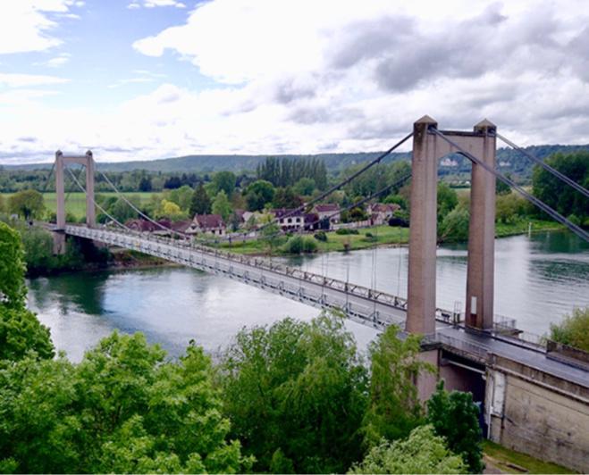 Chaque jour, le pont suspendu des Andelys voit passer plus de 4 000 véhicules dont 450 poids-lourds. Il relie Louviers à Gisors depuis sa construction en 1947 - Photo @ CD27