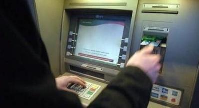Il existe plusieurs techniques pour s'approprier des cartes bancaires et des codes secrets, dont celle dite du collier marseillais