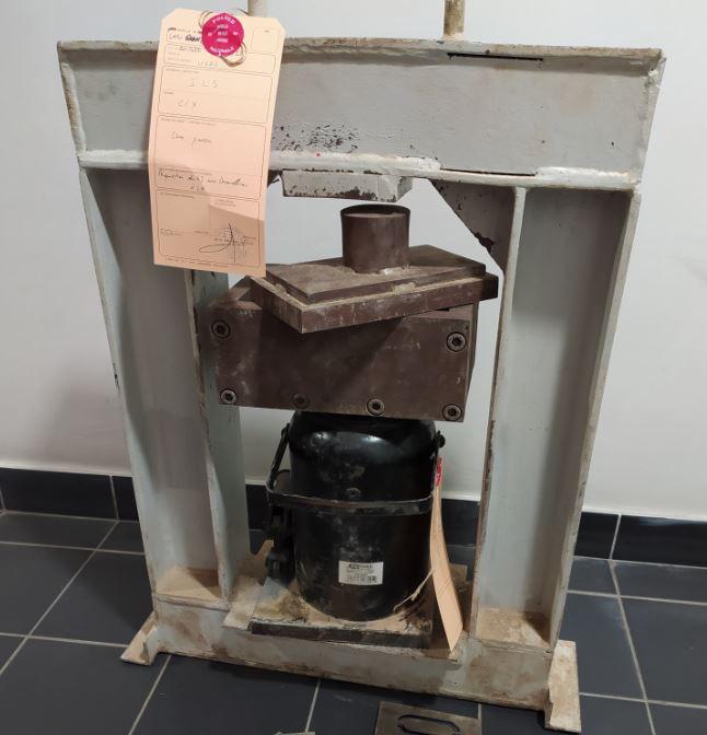 Une presse hydraulique a été découverte dans le laboratoire des trafiquants : elle permettait de compacter les pains d'héroïne  - Photo © DDSP76