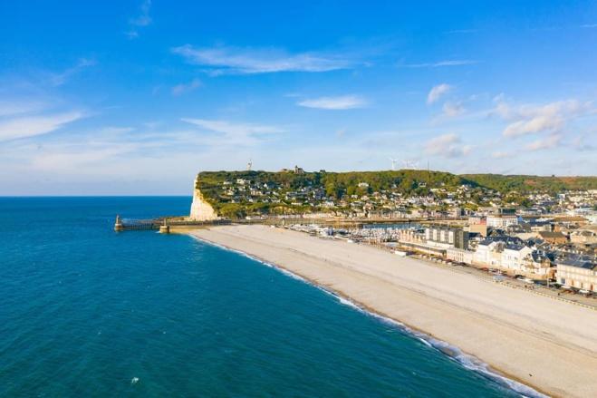 Le jeune homme se trouvait sur un radeau à 150 m environ du bord de la plage de Fécamp - Illustration © Adobe Stock