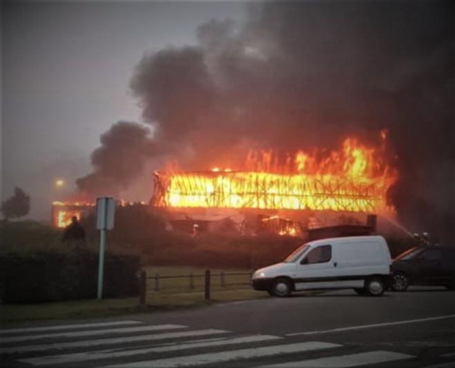 Plusieurs magasins étaient embrasés à l'arrivée des sapeurs-pompiers - Photo transmise à infoNormandie par Matthieu Dereumetz