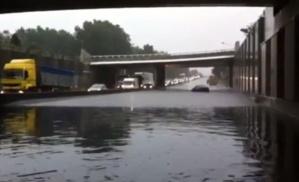 Un automobiliste est resté coincé sur la Sud III inondée (capture d'écran vidéo redactionweb Rouen)