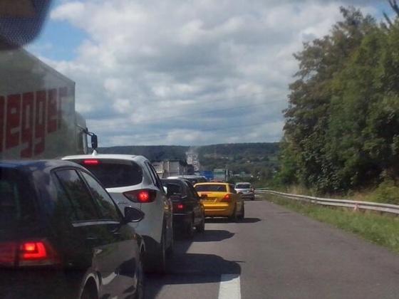 Le feu de poids-lourd provoque d'importantes pertrubations sur l'A13 qui a été fermée au trafic (Photo @CLiaudet):