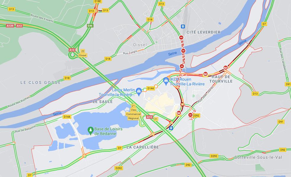 Seine-Maritime : un poids lourd couché sur la D7, près du centre commercial de Tourville-la-Rivière
