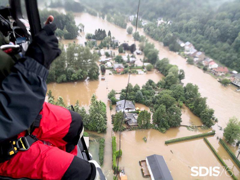 Les sauveteurs aquatiques normands participent à l'évacuation des sinistrés, réfugiés sur les toits ou encerclés par les eaux - Photo © SDIS76