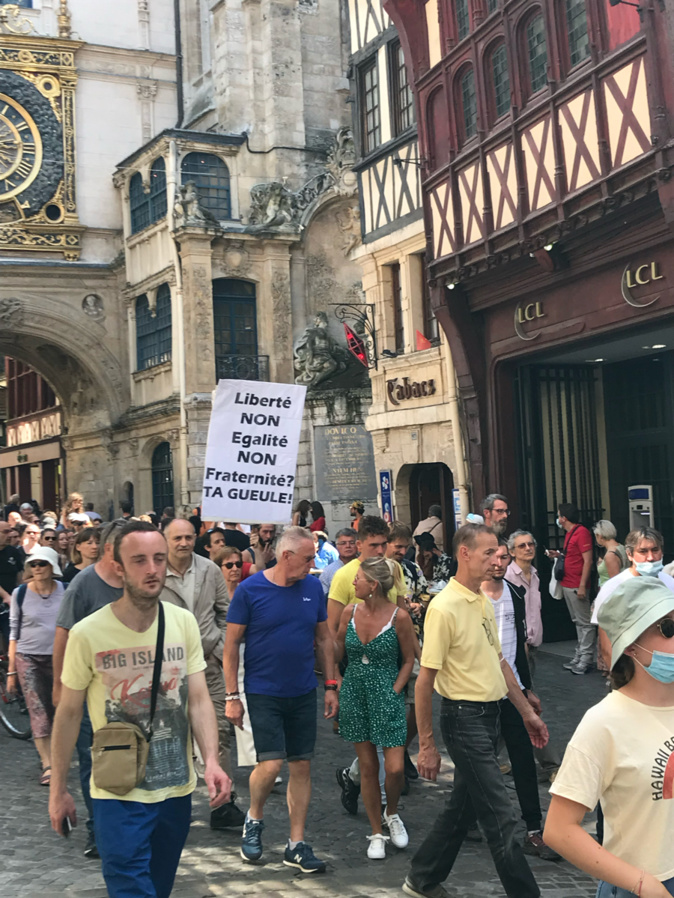 Les manifestants défilent dans la rue du Gros-Horloge en direction de la place du Vieux-Marché à Rouen - Photos @ N.C pour infoNormandie