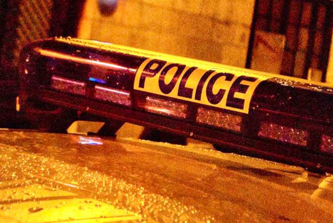 La lunette arrière du véhicule de police a été impactée par les projectiles - illustration