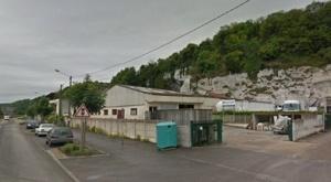 Les voleurs s'apprêtaient à vider les réservoirs de deux camions lorsqu'ils ont été dérangés par le patron de l'entreprise (@Google Maps)