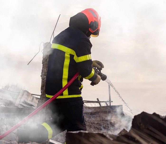 Le bâtiment était embrasé à l'arrivée des sapeurs-pompiers - illustration