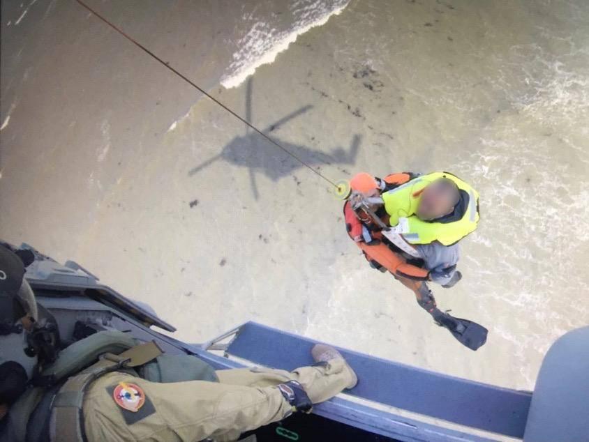 Le plaisancier, fatigué et en légère hypothermie, a été hélitreuillé à bord de l'hélicoptère de la Marine nationale - Crédit photo : Détachement 33F / Marine nationale