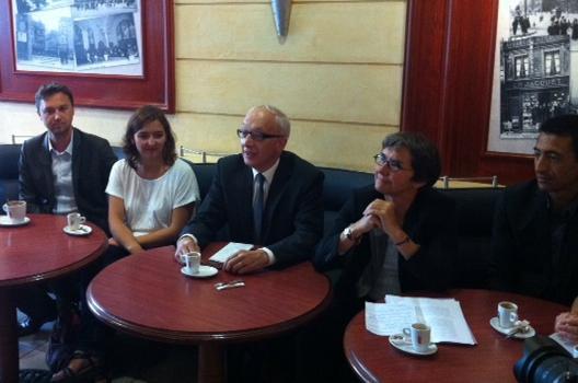 Yvon Robert entouré de Valérie Fourneyron et d'une partie de son équipe de campagne. De gauche à droite : Ludovic  Delesque (Directeur adjoint de campagne) Laura Slimani (membre de l'équipe) et Kader Chekhemani (Directeur de campagne).