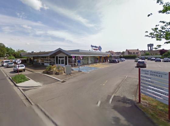 Le braquage s'est déroulé chez le marchand de journaux  dans le centre commercial des Novales, à côté du supermarché Carrefour Market (@Google Maps)