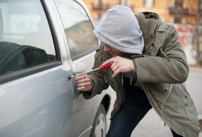 Les deux voleurs à la roulotte ont fracturé trois véhicules - Illustration © Adobe Stock