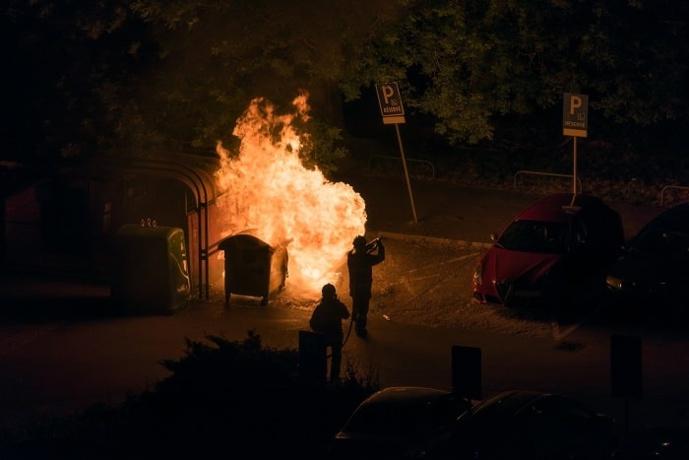 L'adolescent est soupçonné d'avoir mis le feu à deux poubelles et à un conteneur - Illustration © Adobe