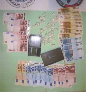 800 euros et  60 grammes de cocaïne confectionnés en boulettes ont été saisis par les policiers