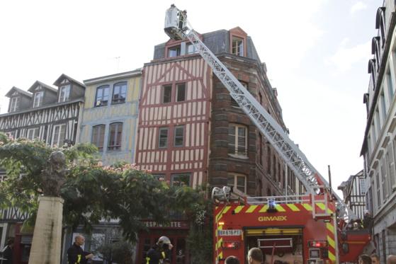 L'incendie s'est déclaré au 2ème étage de cet  immeuble de style normand situé 19, place Saint-Amand, au coeur de la ville. Les risques de propagation étaient importants, selon les pompiers (@Google Maps)