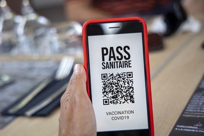La jeune femme avait installé un faux pass sanitaire sur son téléphone portable - Illustration © Adobe Stock