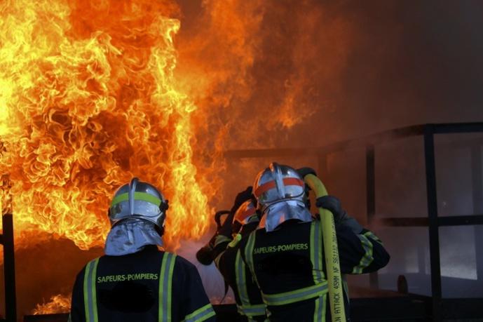 Trente-quatre sapeurs-pompiers dont une équipe spécialisée en risques chimiques sont intervenus avec dix engins - Illustration © Adobe Stock
