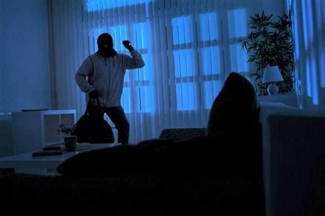 Le cambrioleur a été surpris dans le salon de l'habitation - Illustration © Adobe Stock