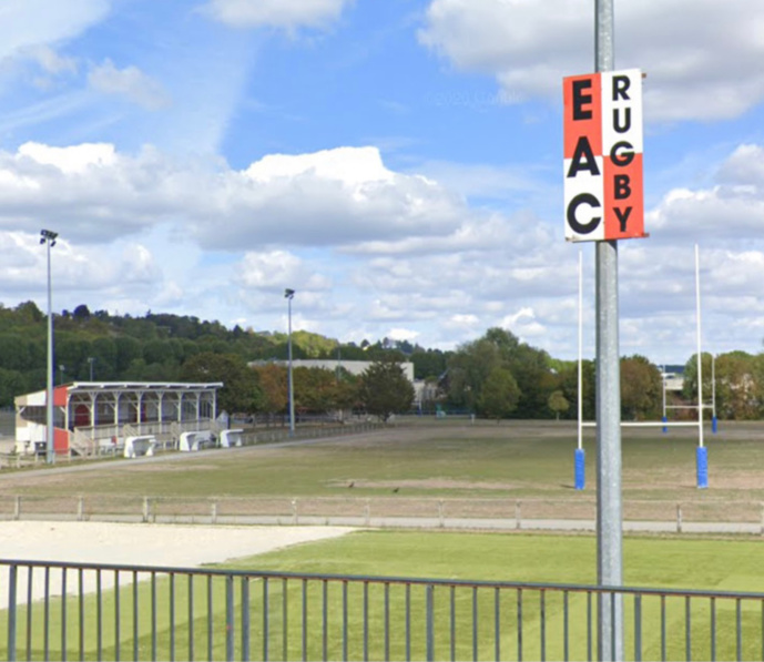 Tandis que les joueurs de rugby de Sarcelles rencontraient sur le terrain leurs homologues ébroïciens, les trois jeunes fouillaient les vestiaires - Illustration