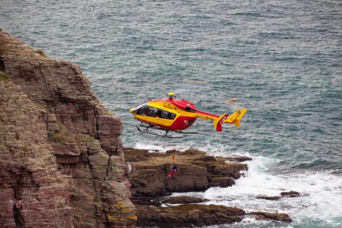 Isolés par la montée de la mer au «Trou à l'homme», deux randonneurs hélitreuillés par Dragon76