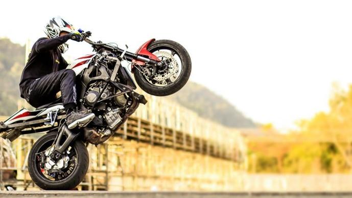 Les deux hommes chacun au guidon d'une puissante moto se livraient à des exercices quelque peu périlleux pour les autres usagers - Illustration © Adobe Stock
