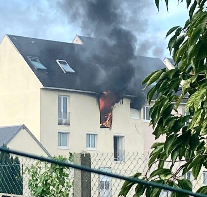 Les sapeurs-pompiers ont déployé deux lances dont une aérienne pour éteindre le feu et enrayer sa propagation à la toiture de l'immeuble - Photo © Sdis76