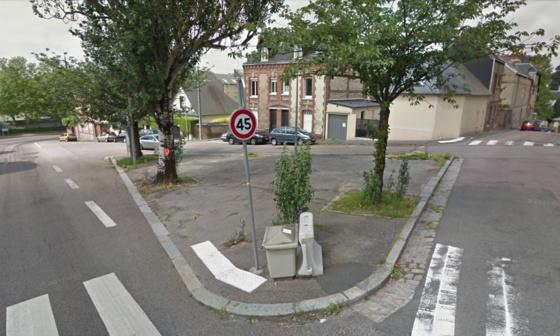 La place Gustave-Robert se situe entre la rue Francis Yard et l'avenue Georges-Métayer qui conduit vers le cimetière Monumental et les Hauts-de-Rouen
