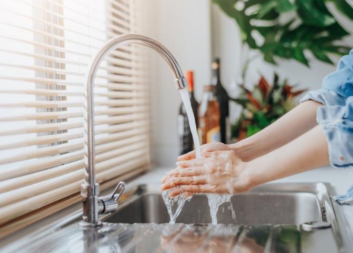 L'eau du robinet ne doit pas être utilisée pour les usages alimentaires : la boisson, le lavage des dents, la préparation des aliments, de boissons chaudes et glaçons - Illustration © Adobe Stock