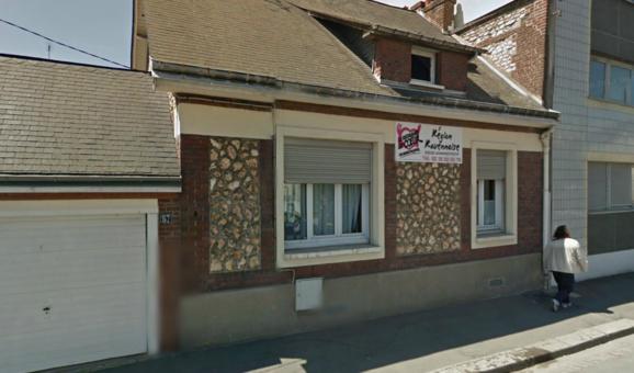 Les cambrioleurs ont fracturé un volet roulant et une fenêtre pour pénétrer dans le bâtiment de la rue Desseaux, à Rouen (@Google Maps)