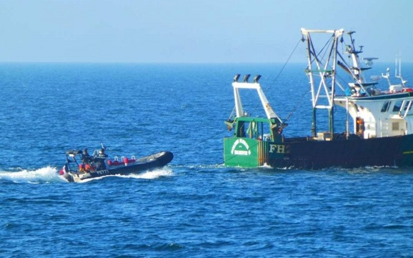 Des contrôles sont opérés régulièrement en mer pour lutter contre la pêche illicite (Photo : Marine nationale)