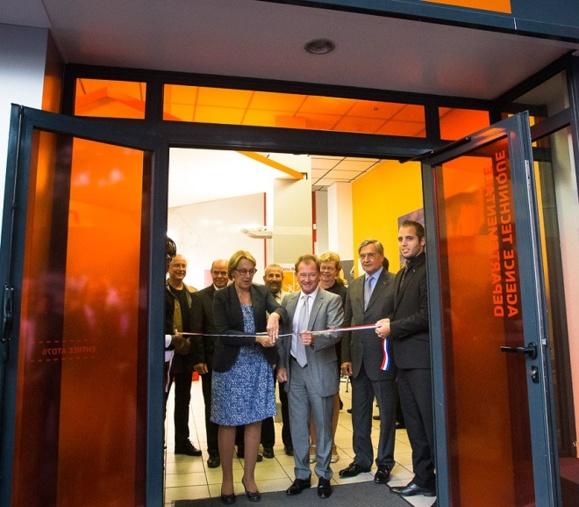 Marylise Lebranchu coupe le très symbolique ruban tricolore à l'entrée de l'Agence, en présence de Didier Marie et du préfet Pierre-Henry Maccioni (Photo : Conseil général)
