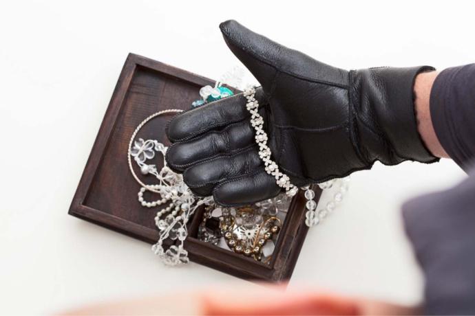 Les bijoux de la vieille dame étaient entreposés dans l'armoire de la chambre - Illustration @ iStock