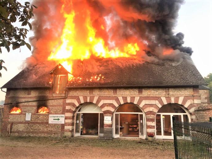 Le bâtiment où se trouve en particulier l'accueil du parc animalier, en bordure de la D 6015, a été très sérieusement endommagé par les flammes - Photos © Sdis76