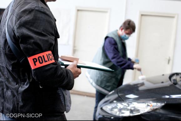 Les relevés de traces et d'empreintes font partie du quotidien de la police technique et scientifique (Photo : Flickr/DGPN)