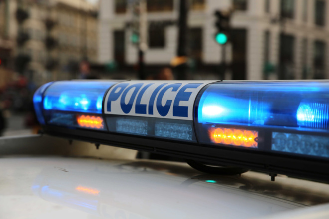 Le véhicule de police, fortement endommagé, a dû être remorqué par le garage de permanence - Illustration