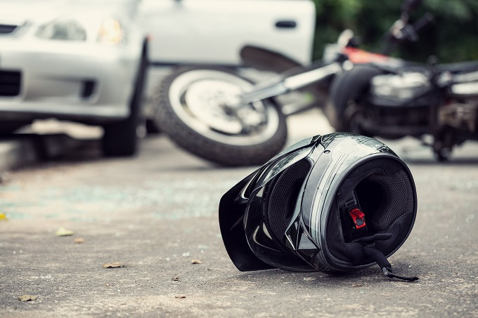 La moto a percuté un véhicule arrêté sur la file de gauche pour tourner vers l'avenue Pablo-Picasso - Illustration © Adobe