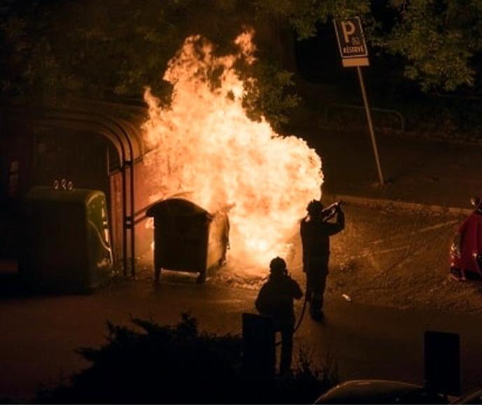 Neuf poubelles avaient brûlé devant la brigade de gendarmerie d'Amfreville-Saint-Amand dans la nuit du 14 au 15 septembre - Illustration © Adobe Stock