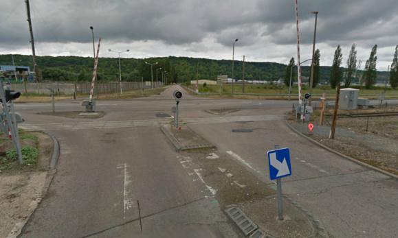 La collision est survenue à cette intersection protégée de part et d'autre par des feux trichromes (@Google Maps)