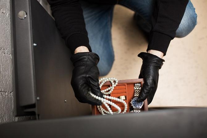Les voleurs agissent généralement par deux : l'un détourne l'attention de la victime, l'autre s'empare discrètement des bijoux et autres objets de valeur - Illustration © Adobe Stock