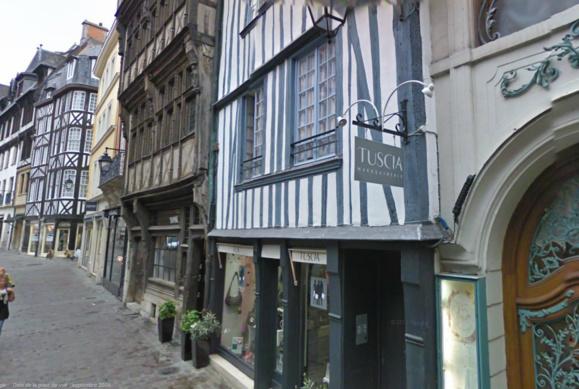 La victime a été retrouvée ensanglantée dans l'escalier de cet immeuble de la rue Saint-Romain, en plein centre ville de Rouen (@Google Maps)