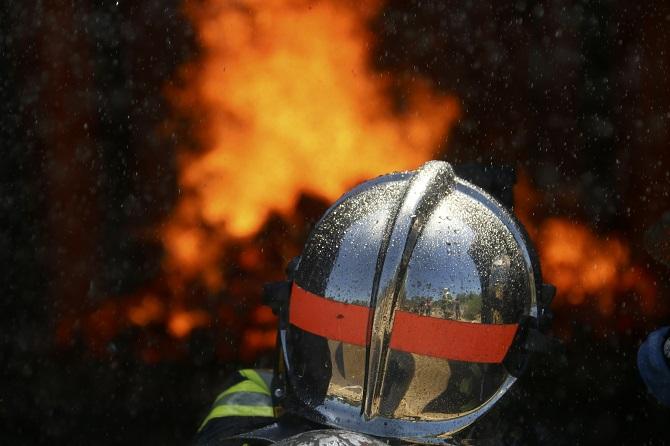 Les sapeurs-pompiers ont établi trois lances de manière à éviter la propagation à un autre stockage de granulés - Illustration © Adobe Stock