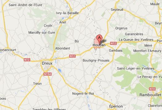 L'automobiliste a été intercepté alors qu'il circulait sur la RN 12 près de Houdan. Les malfaiteurs sont repartis avec son Audi en direction de Dreux (@Google Maps)