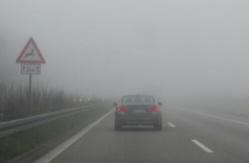 Prudence sur la route lorsque la visibilité est de quelques dizaines de mètres