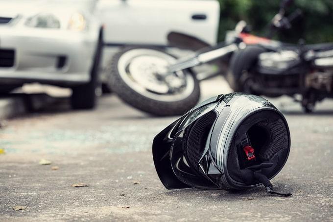 Le pilote de la moto a été blessé grièvement dans le choc - Illustration © Adobe