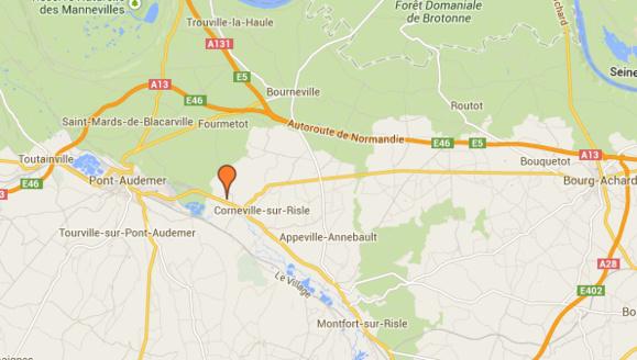 La Twingo arrivait à Corneville-sur-Risle lorsque, pour une raison inconnue, elle a percuté de plein fouet dans la ligne droite le camion-benne qui arrivait en face