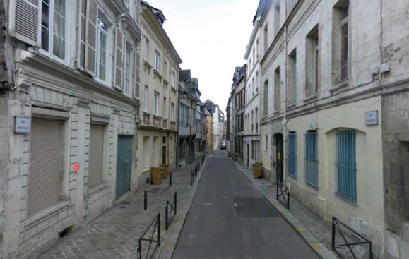 Le c orps ensanglanté du médecin psychiatre a été découvert sous le porche de l'immeuble (à gauche sur la photo) qui abritait son cabinet rue du Beffroi (@Google Maps)