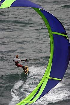Le kitesurf (planche volante) est un sport nautique de traction consistant à glisser avec une planche sur une étendue d'eau tracté par un cerf-volant de traction.