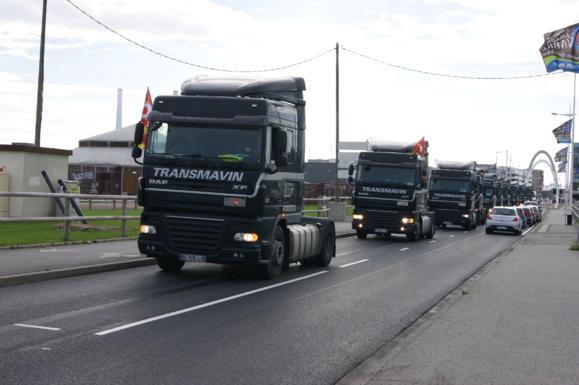 Les salariés en colère de Transmavin ont défilé au volant de leurs tracteurs autour du bassin Paul Vatine, ce samedi matin (Photo M-P S)