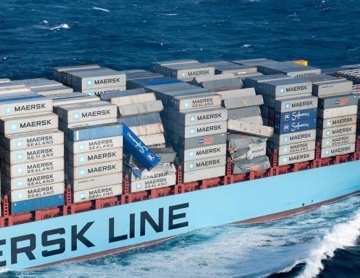 Sur cette photo de la Marine nationale on remarque bien les conteneurs en équilibre sur le navire